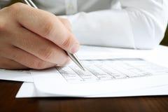 El analizar de los datos financieros. Foto de archivo