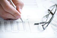El analizar de los datos financieros. Imágenes de archivo libres de regalías