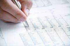 El analizar de los datos financieros. Fotografía de archivo libre de regalías