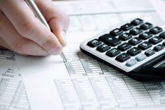 El analizar de los datos financieros. Imagen de archivo libre de regalías