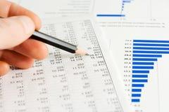 El analizar de los informes de asunto. Fotografía de archivo