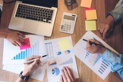 El analizar del consejero de negocio financiero con las nuevas RRPP de lanzamiento de las finanzas imagen de archivo