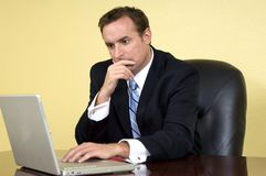 El analizar del hombre de negocios Foto de archivo libre de regalías