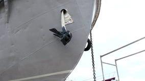 El ancla de la nave oxidada vieja sube en el astillero en el puerto de Moscú almacen de video