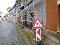 El andamio en la calle de la ciudad en cuadrado Foto de archivo