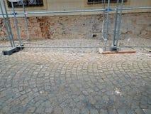 El andamio en la calle de la ciudad en cuadrado Imagen de archivo