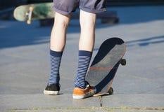 El andar en monopatín - detalle del monopatín y de piernas Fotos de archivo libres de regalías
