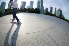 El andar en monopatín en la ciudad de la salida del sol fotografía de archivo libre de regalías