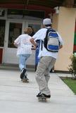 El andar en monopatín a la escuela Foto de archivo libre de regalías