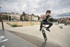 El andar en monopatín practicante del muchacho Fotografía de archivo libre de regalías