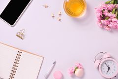 El anf del cuaderno de la visión superior florece en la mesa Para casarse el plann imagen de archivo libre de regalías