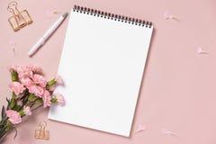 El anf del cuaderno de la visión superior florece en la mesa Para casarse el plann foto de archivo