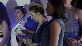 El anfitrión en etapa en restaurante da certificados a la mujer acontecimiento holidays metrajes