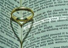 El anillo de bodas del hombre tiene significado religioso más profundo Foto de archivo libre de regalías