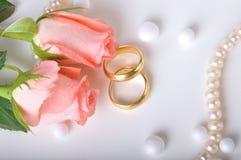 El anillo de bodas y se levantó Foto de archivo libre de regalías