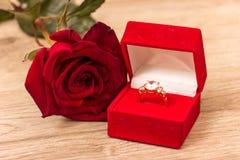 El anillo de bodas y se levantó Imagen de archivo
