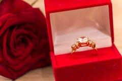 El anillo de bodas y se levantó Fotos de archivo