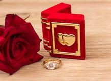El anillo de bodas y se levantó Foto de archivo