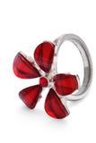 El anillo de dedo con la flor de piedra roja aisló Fotos de archivo