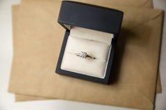 El anillo de diamante suena en una caja fotografía de archivo