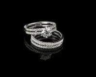 El anillo de diamante tiró en un fondo reflexivo negro Imagen de archivo libre de regalías