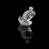El anillo de diamante tiró en un fondo reflexivo negro Imagen de archivo