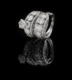 El anillo de diamante tiró en un fondo reflexivo negro Imágenes de archivo libres de regalías