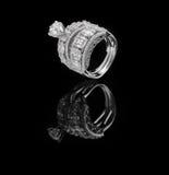 El anillo de diamante tiró en un fondo reflexivo negro Imagenes de archivo