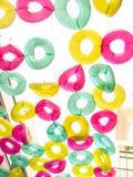 El anillo de goma colorido adorna caída en el cielo Imagen de archivo