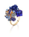 El anillo de la joyería con las gemas azules florece aislado en blanco con clippi Imagen de archivo