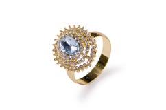 El anillo de oro aislado en el fondo blanco Imágenes de archivo libres de regalías