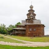 El anillo de oro de Rusia Suzdal Vista de una iglesia de madera vieja Imagen de archivo libre de regalías