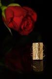 El anillo de oro y se levantó Imágenes de archivo libres de regalías