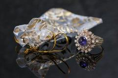 El anillo púrpura del zafiro con los microprocesadores del diamante y el regalo empaquetan Imagen de archivo