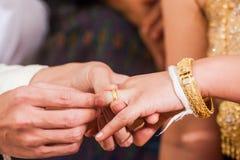 El anillo a una ceremonia dominante en su día de boda Fotos de archivo
