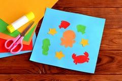 El animal de mar y el pescado DIY hace las ideas del proyecto a mano para los niños Los artes de papel de los niños imagen de archivo