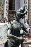 El animal del cuento de hadas de la estatua del budista tailandés en la pared del templo Foto de archivo