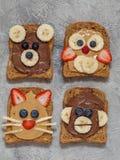 El animal divertido hace frente a tostadas fotos de archivo