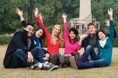 El animar de los estudiantes universitarios Imágenes de archivo libres de regalías