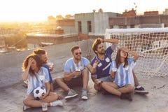 El animar de los fanáticos del fútbol foto de archivo libre de regalías