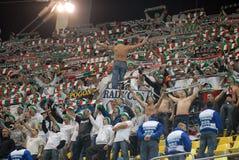 El animar de los fanáticos del fútbol de Legia Varsovia Foto de archivo libre de regalías