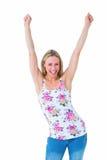 El animar rubio feliz con los brazos para arriba Fotos de archivo