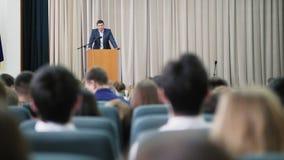 El anunciador de sexo masculino conduce un seminario en el pasillo metrajes