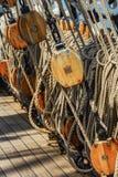 El aparejo de un velero que consiste en cuerdas y las poleas Foto de archivo libre de regalías