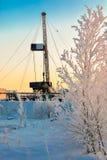 El aparejo para el petróleo y gas de la perforación mana en el campo siberiano Imagen de archivo