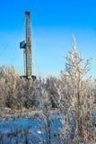 El aparejo para el petróleo y gas de la perforación mana en el campo siberiano Fotografía de archivo libre de regalías