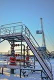 El aparejo para el petróleo y gas de la perforación mana en el campo siberiano Fotos de archivo