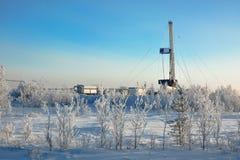 El aparejo para el petróleo y gas de la perforación mana en el campo siberiano Imagen de archivo libre de regalías