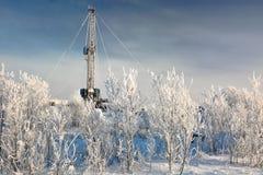 El aparejo para el petróleo y gas de la perforación mana en el campo siberiano Foto de archivo