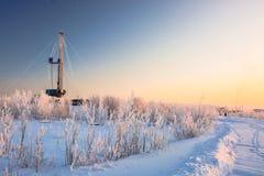 El aparejo para el petróleo y gas de la perforación mana en el campo siberiano Fotografía de archivo
